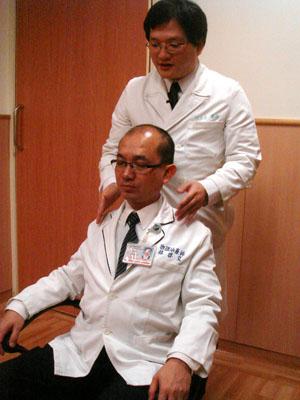耳垂對肩找中軸 放鬆肌肉過好年