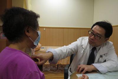婦人頸動脈180度轉兩彎 血管扭結頭暈3年險中風