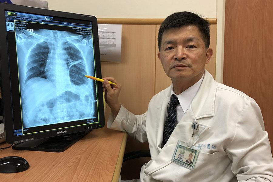 直腸癌病人用力排便 胃跑進胸腔