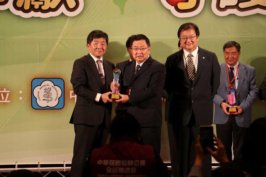 逾四十載研究治療黃斑部病變 蔡顯揚獲頒臺灣醫療貢獻獎