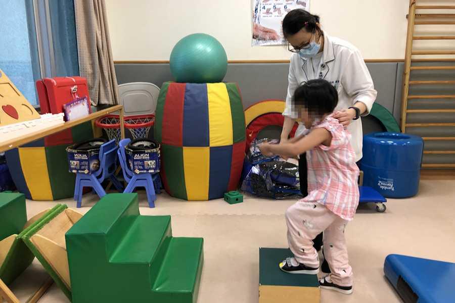 腦傷女童癱床 臺中慈院復健團隊讓他站起來