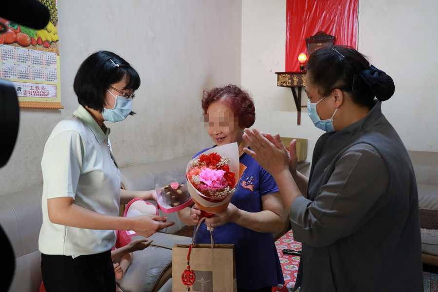 臺中慈濟護家送驚喜 關懷家庭收到手作康乃馨