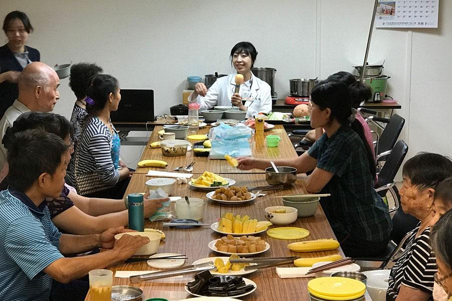 「誰來午餐」解惑 協助失智病人吃的照護
