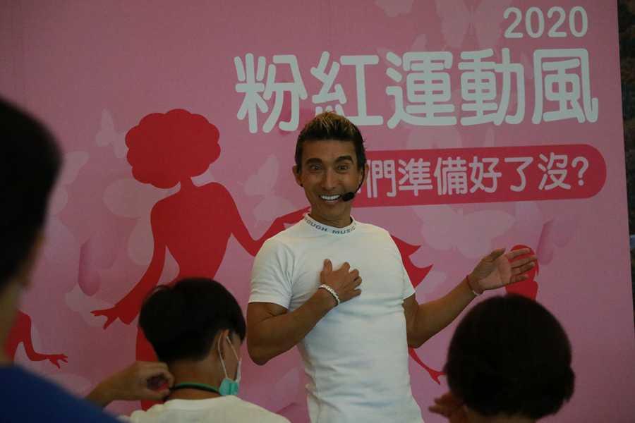 潘若迪帶領運動 點亮臺中慈濟醫院乳癌防治月