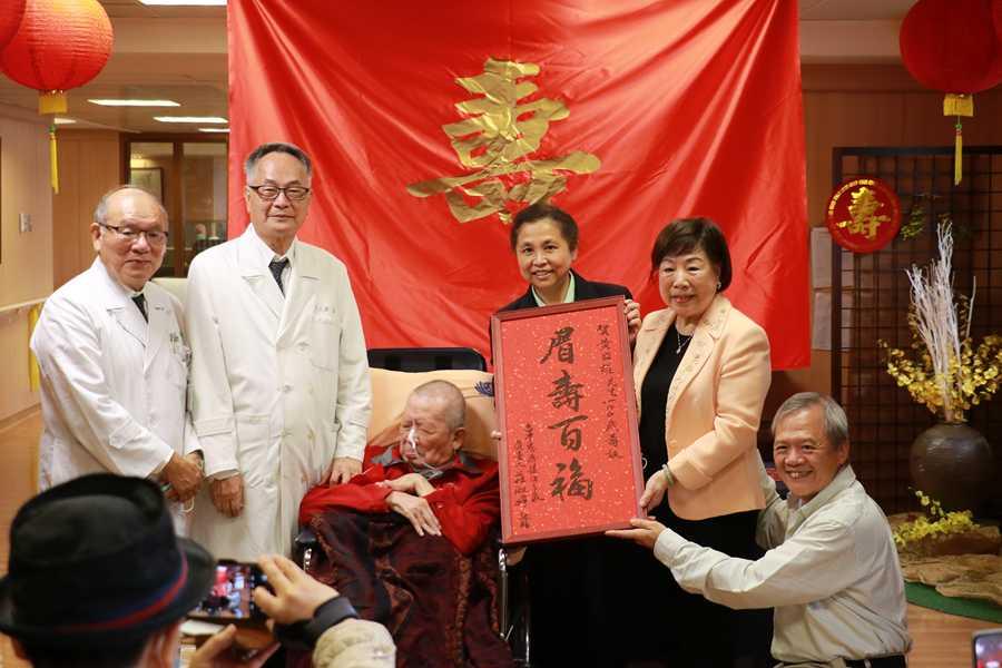 臺中慈濟護家住民歡慶百歲 家人感恩再植福